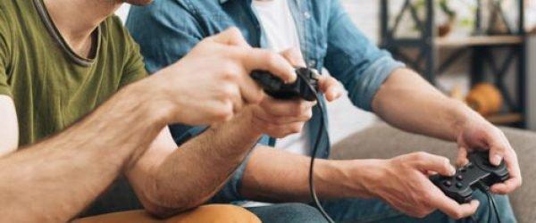hombres-jugando-videojuegos