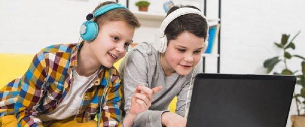jovenes-jugando-computadora